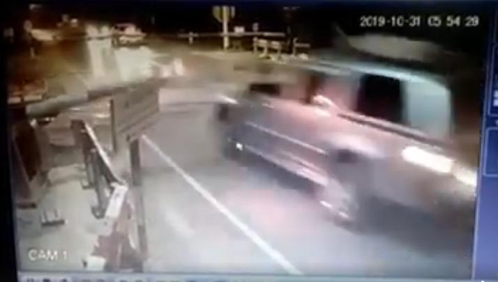 มาอีกราย! รถกระบะซิ่งแรง พุ่งชนคานเครื่องกั้นทางรถไฟเมืองแพร่ ก่อนขบวนสินค้าชนพังเสียหาย