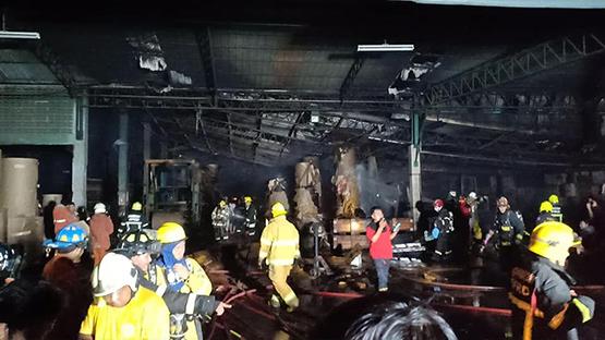 ไฟไหม้โรงงานกระดาษย่านบางบอน เคราะห์ดีไร้คนเจ็บ