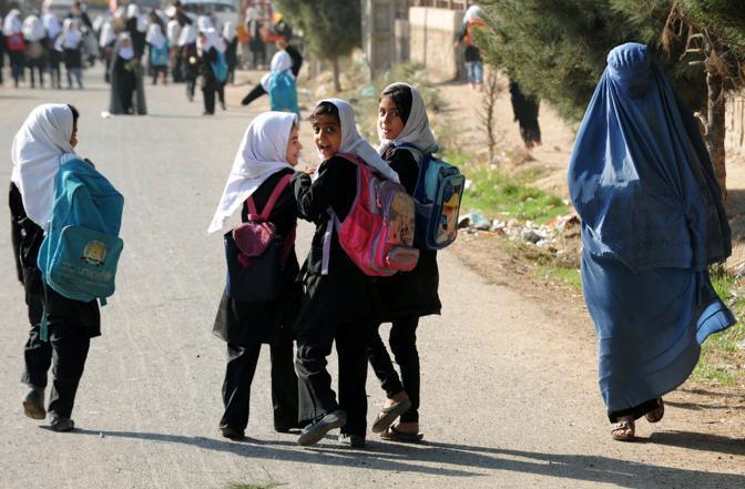 """สลด! เด็กนักเรียน 9 คนเหยียบ """"กับระเบิด"""" ตายในอัฟกัน"""