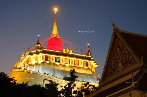 ภูเขาทองยามราตรี ในช่วงบรรยากาศงานภูเขาทอง งานวัดอันสุดคลาสสิกของเมืองไทย