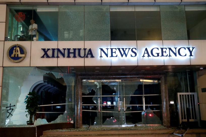 สื่อจีนซัดผู้ประท้วงฮ่องกง-จี้ทางการใช้ไม้แข็ง หลังที่ทำการ 'ซินหวา' ถูกโจมตี