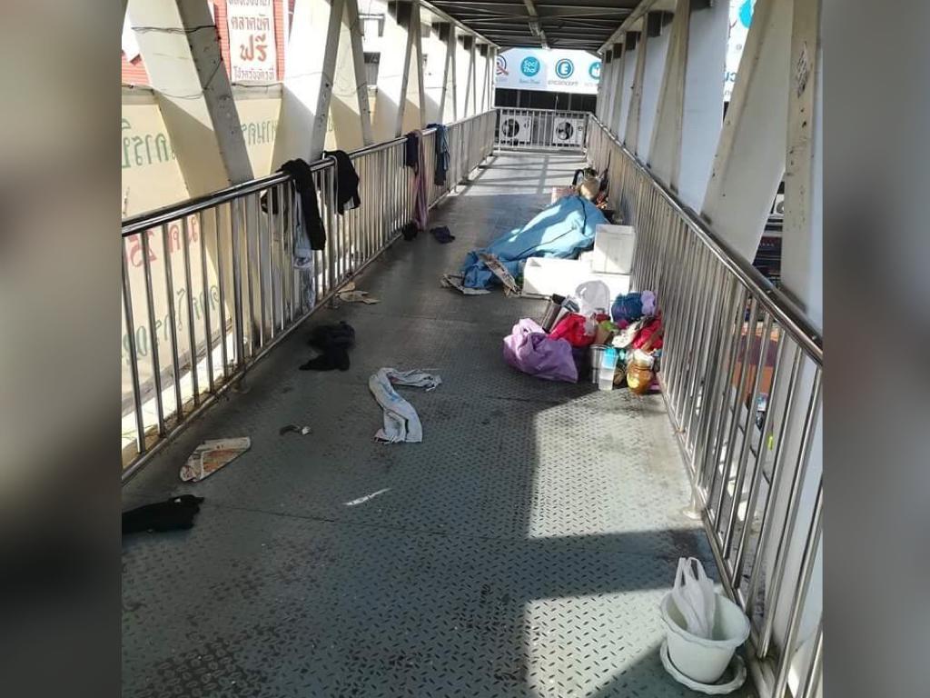 ที่แห่งนี้ข้าจอง! คนเร่ร่อนยึดสะพานลอยเป็นที่หลับที่นอน หวั่นเกิดอันตรายต่อผู้ใช้