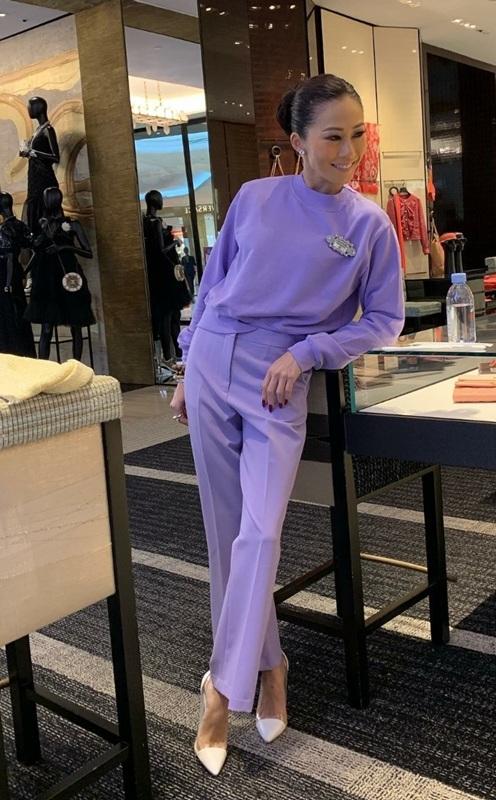 เสื้อไหมพรมและกางเกงขายาวสีม่วงไลแลคเข้าชุดกัน ให้ลุคดูลำลองนิดๆ เวลาทำงาน
