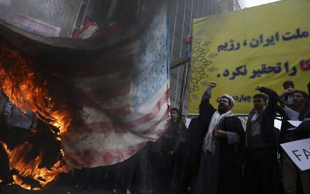 """ชาวอิหร่านรวมตัวตะโกน """"อเมริกาไปตายซะ"""" หน้าสถานทูตเก่าสหรัฐฯ"""