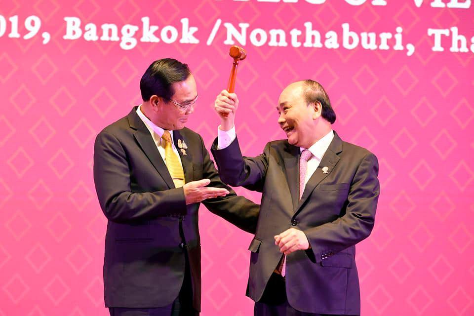 """""""บิ๊กตู่""""มอบค้อนส่งต่อประธานอาเซียนให้นายกฯเวียดนาม """"ย้ำ""""สร้างความยั่งยืนของอาเซียนโดยใช้ 3Cs"""