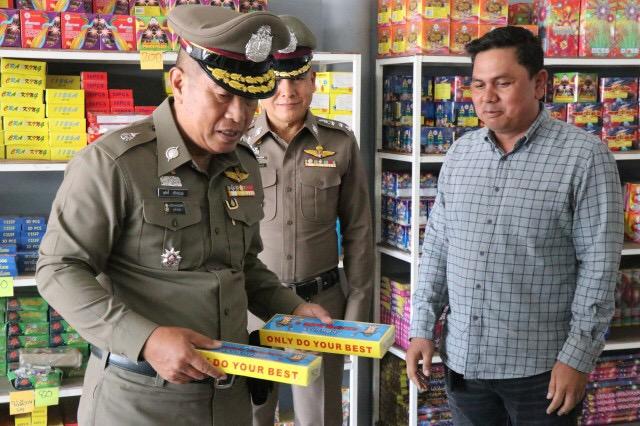 ตำรวจกรุงเก่าตรวจเข้ม ร้านจำหน่ายพลุ-ดอกไม้ไฟในพื้นที่ เพื่อเตรียมพร้อมรับมือ