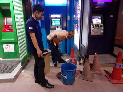 ขวัญกระเจิงกลางดึกพบวัตถุคล้ายระเบิดวางข้างตู้ ATMในปั้มกลางเมืองอุบล