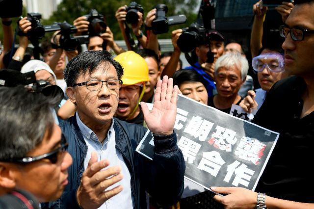 """ช็อค! นักการเมืองโปรปักกิ่งในฮ่องกงถูกมือมีด """"แทงหน้าอก"""" ขณะรับช่อดอกไม้  (ชมคลิป)"""