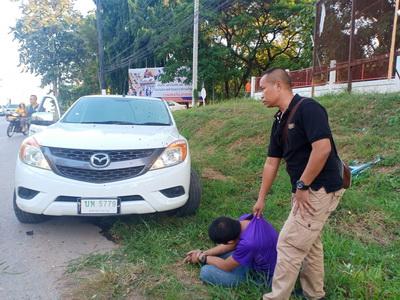ระทึก!ตำรวจไล่ล่าหนุ่มค้ายาบ้า ซิ่งปิคอัพหนีตำรวจจนมุมรถติดร่องน้้ำ
