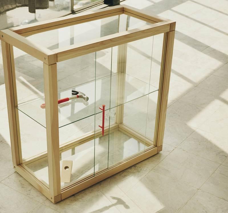 ตู้กระจกโครงตู้ทำจากไม้สน ชั้นวางและผนังโดยรอบเป็นกระจก ใช้เก็บของและอวดของสะสมที่สะท้อนตัวตนของเจ้าของ ราคา 8,490 บาท