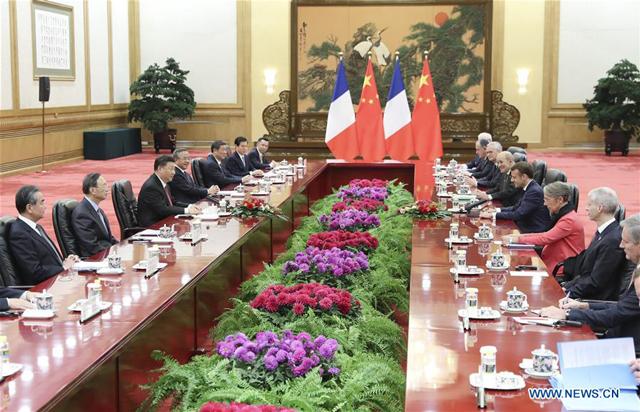 ประธานาธิบดีสี จิ้นผิง (ซ้าย) กับแอมานุแอล มาครง ประธานาธิบดี ฝรั่งเศส ที่ มหาศาลาประชาชนในกรุงปักกิ่งเมืองหลวงของจีน 6 พ.ย. 2019 [ภาพซินหัว]