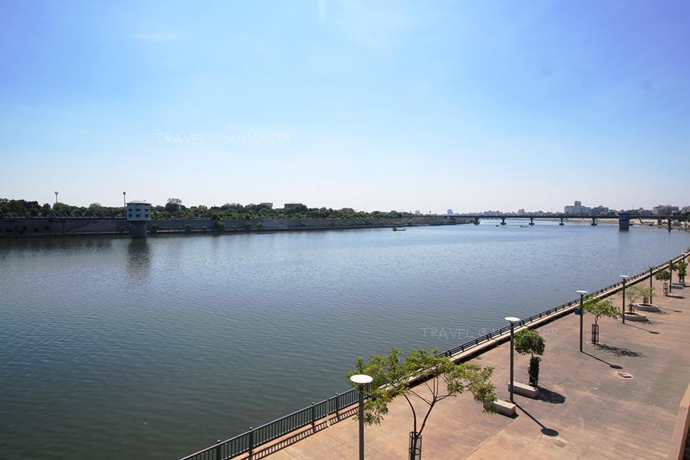 ริมฝั่งแม่น้ำซาบามาติ บริเวณด้านหน้าคานธีอาศรม
