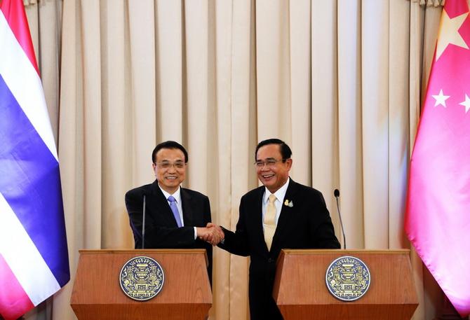 หลี่ เค่อเฉียง นายกรัฐมนตรีจีน(ซ้าย) จับมือกับพลเอกประยุทธ์ จันทร์โอชา นายกรัฐมนตรีของไทย ระหว่างแถลงข่าวที่ทำเนียบรัฐบาลเมื่อวันอังคาร(5พ.ย.)