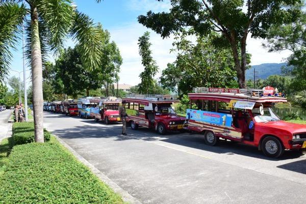 รถสองแถวระนองเดือดร้อนหนักบุกร้องรองผู้ว่าถูกสามล้อพ่วงแย่งผู้โดยสาร