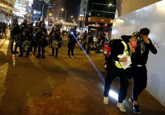 ฝ่ายปชต.ฮ่องกงปะทะตำรวจระหว่างจุดเทียนไว้อาลัยนักศึกษา บึ้มอย่างน้อย3ครั้ง,ใช้หุ่นยนต์เก็บกู้ระเบิด