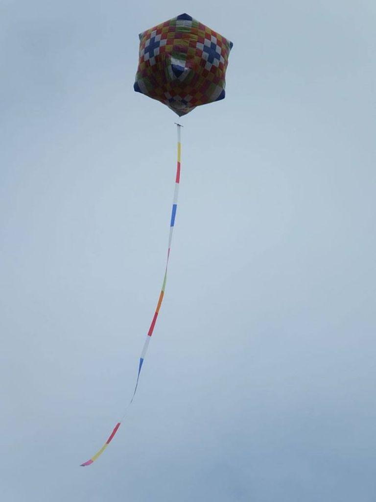 """ชาวเชียงแสน ลงขันทำโคมลอยยักษ์สูงเท่าตึก 4 ชั้น """"ตาน(ทาน)หาคนบนฟ้า-บูชาพระธาตุจอมกิตติ"""""""