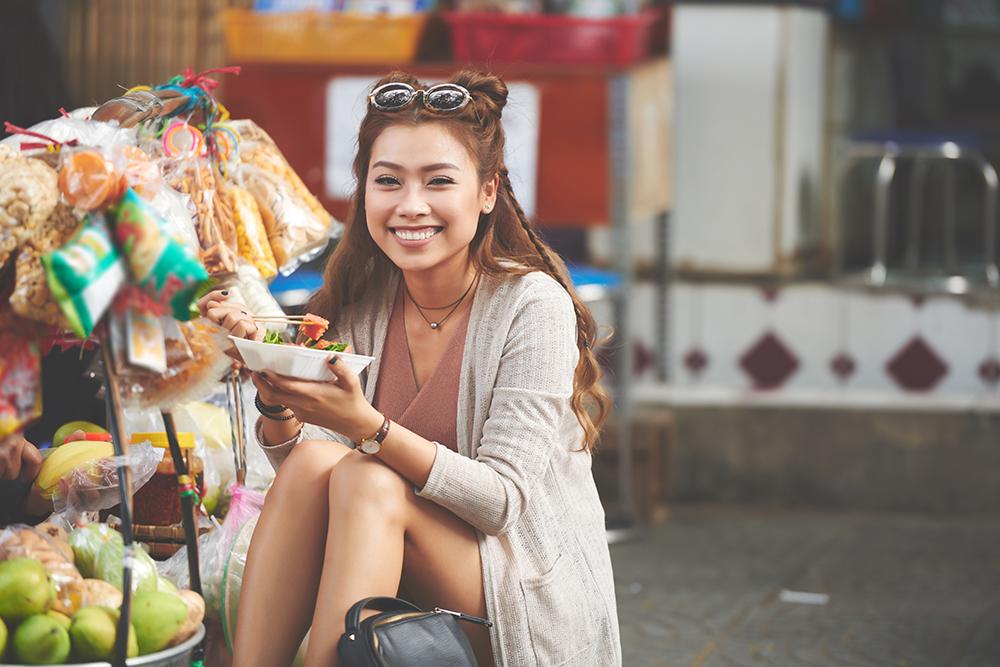 สตรีทฟู้ด หนึ่งในมนต์เสน่ห์อันขึ้นชื่อของฮานอย (ภาพ : Booking.com)
