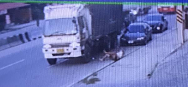 ชาวเน็ตแห่แชร์คลิปสิบล้อตีนผีเฉี่ยวชนรถยนต์- ชายวัย 30 ปีเจ็บสาหัสก่อนหลบหนี