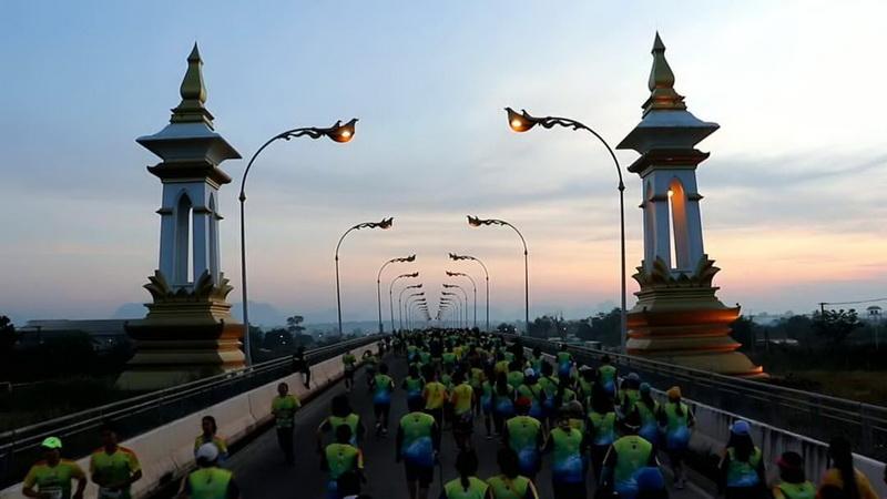 นักวิ่งนับหมื่นร่วมวิ่งฉลอง 9 ปี สะพานไทย-ลาว แห่งที่ 3 นครพนม – คำม่วน