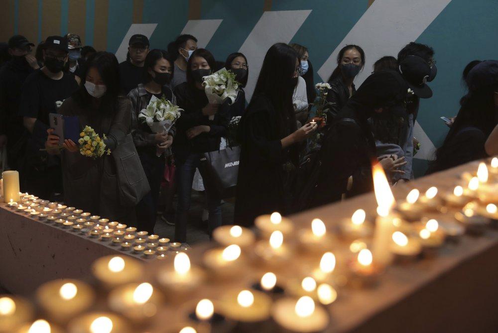 จีนย้ำผู้นำฮ่องกงต้องภักดีต่อแผ่นดินใหญ่ ผู้ประท้วงร่วมไว้อาลัยนักศึกษาที่เสียชีวิต