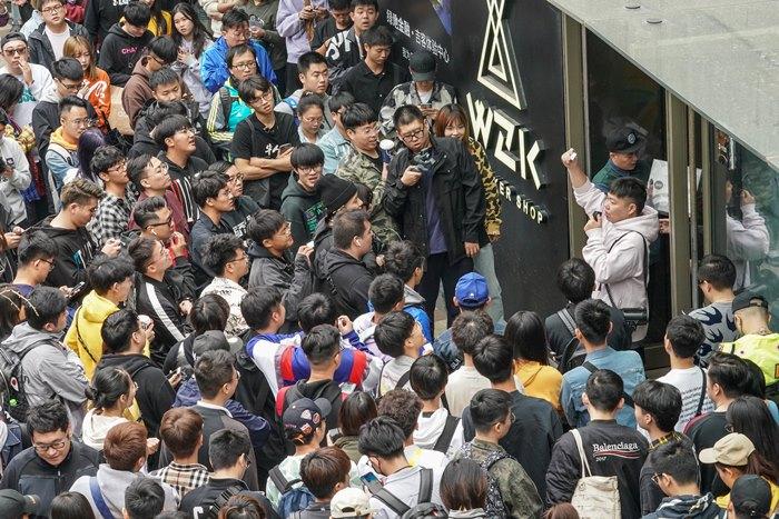 <i>ภาพถ่ายเมื่อ 26 ต.ค. 2019 แสดงให้เห็นผู้คนจำนวนมากยืนรออยู่ด้านนอกของร้านไนกี้แห่งหนึ่งในเมืองเซี่ยงไฮ้ เพื่อจับสลากหาผู้ได้สิทธิซื้อสนีกเกอร์รุ่นออกใหม่ </i>