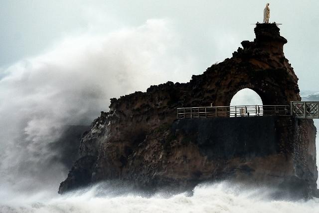 คลื่นกระแทก Rocher de La Vierge นอกชายฝั่งในเมืองบิอาร์ริตซ์ ทางตะวันตกเฉียงใต้ของฝรั่งเศส เมื่อวันที่ 3 พ.ย. ในช่วงที่พายุเอมิลีกำลังเข้า