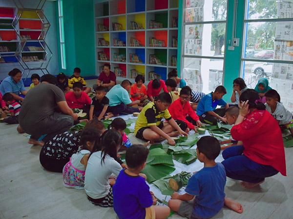 เด็กๆ ชาวสตูลกว่า 50 คน เรียนรู้การประดิษฐ์กระทงเป็นมิตรกับสิ่งแวดล้อม
