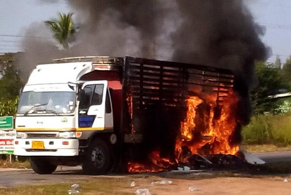 ระทึกเผาวอด! รถ 10 ล้อบรรทุกข้าวสารเต็มคันยางระเบิดไฟลุกท่วม บนถนนชัยภูมิ-นครสวรรค์
