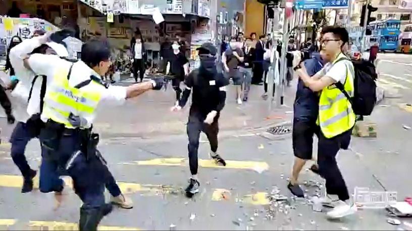 In Clip: ระทึก!! ตำรวจฮ่องกงยิง 'กระสุนจริง' ใส่ผู้ประท้วง เหตุจลาจลลามทั่วเมือง