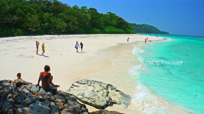 หาดหน้าเกาะ เกาะตาชัย น้ำทะเลสวยใส หาดทรายขาวเนียน