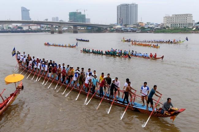 ชาวเขมรทั่วประเทศแห่เข้าพนมเปญชมเชียร์แข่งเรือยาวฉลองเทศกาลน้ำ