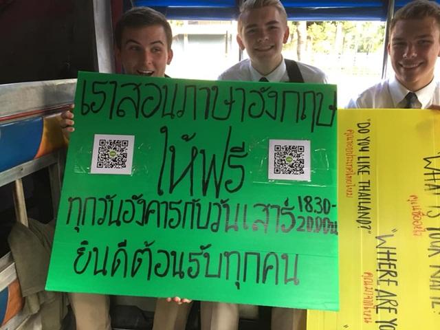 ชื่นชม! นักเรียนต่างชาติ ถือป้ายรับสอนภาษาอังฤษฟรี ชาวเน็ตสนใจเพียบ
