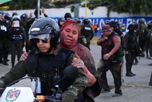 นางPatricia Arce นายกเทศมนตรีหญิง โดนม็อบต่อต้านรัฐบาลลากไปตามถนน  ก่อนจับกล้อนผมจนสั้นเกรียนราดสีแดงละเลงหัว
