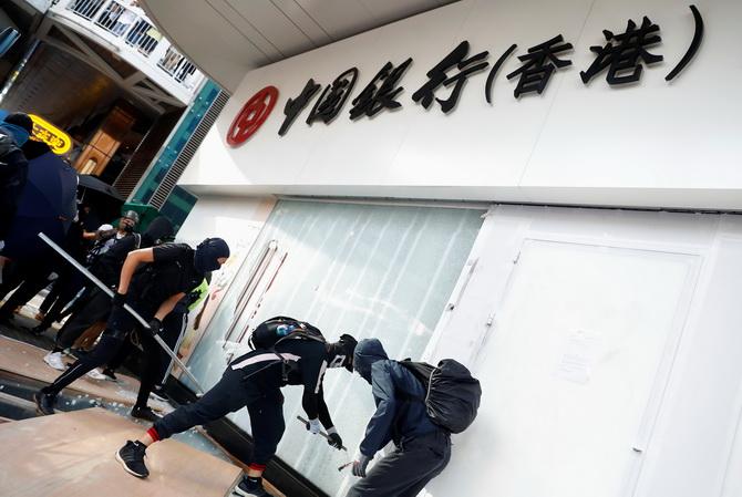 ฮ่องกงรุดโต้ หลังลือสะพัดเตรียมจำกัดถอนเงินสด,ปิดตลาดหุ้นท่ามกลางการประท้วงรุนแรง