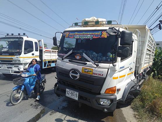 กระบะถูกรถพ่วงชนขาด2ท่อนคนขับดับคาที่ รถเสียหาย7คัน
