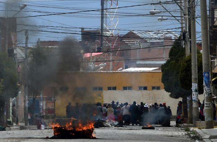 <i>พวกผู้สนับสนุนโมราเลส ออกมาปิดกั้นถนนในเมืองเอลอัลโต เมื่อวันจันทร์ (11 พ.ย.) หนึ่งวันหลังการออกจากตำแหน่งของผู้นำฝ่ายซ้ายผู้นี้ </i>