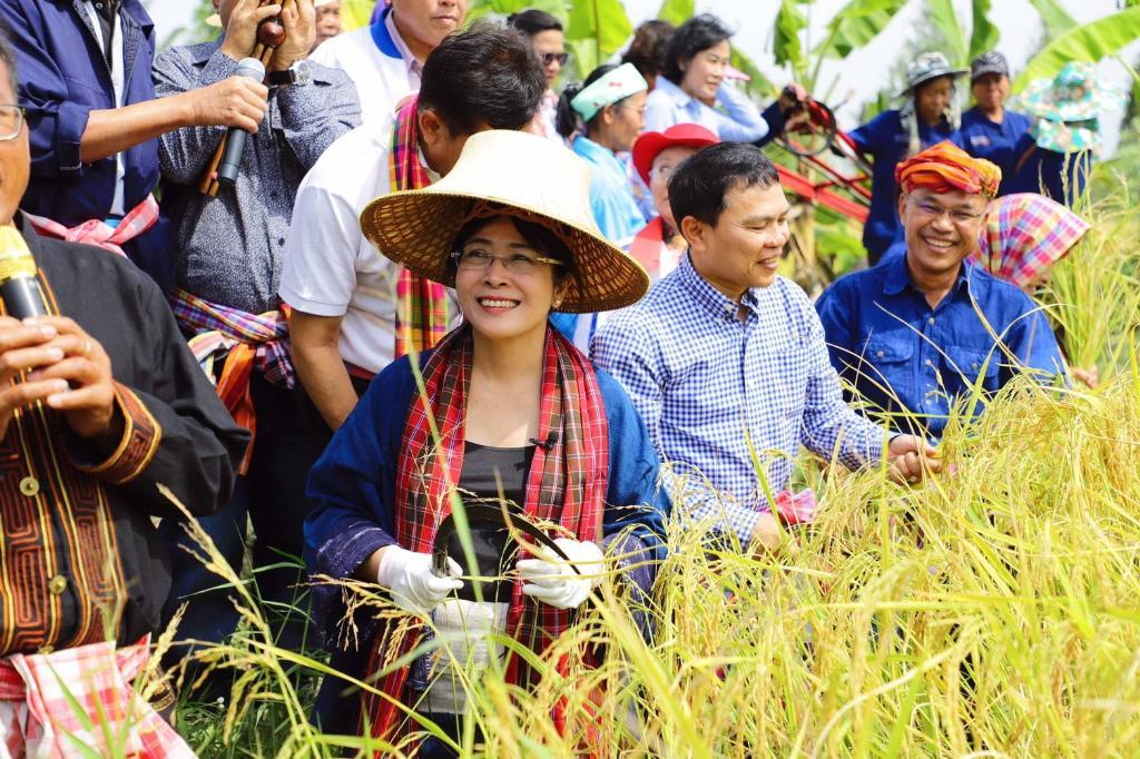"""""""หญิงหน่อย"""" จี้ รบ.ดูแลราคาพืชผลเกษตร หลังพบชาวนาถูกเอาเปรียบ"""