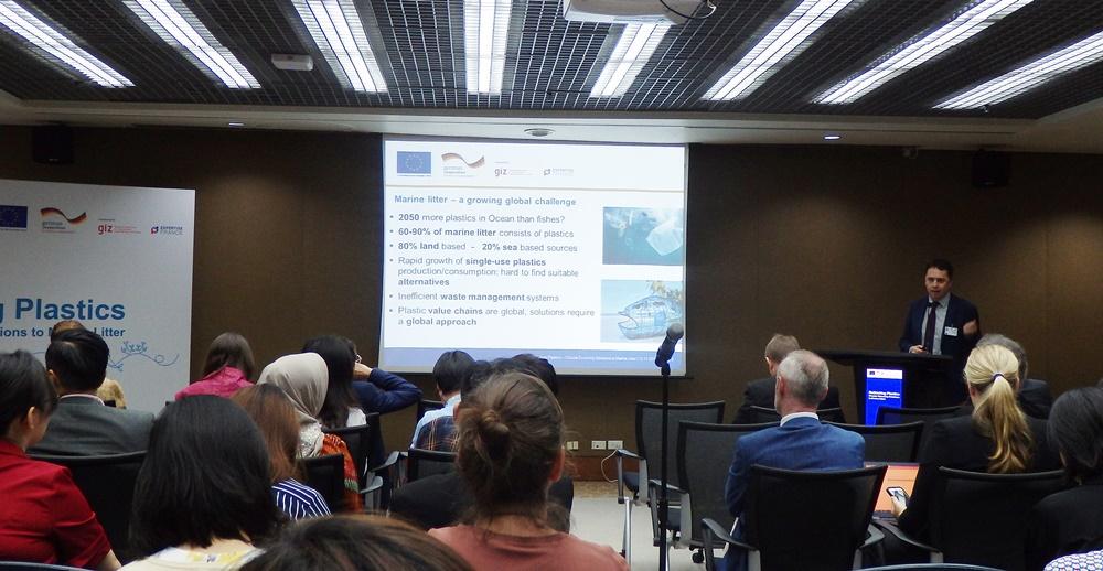 นายอาวาโร ซุริตา ผอ.โครงการส่งเสริมการใช้เศรษฐกิจหมุนเวียนเพื่อจัดการปัญหาขยะทะเล กล่าวบรรยายถึงโครงการฯ