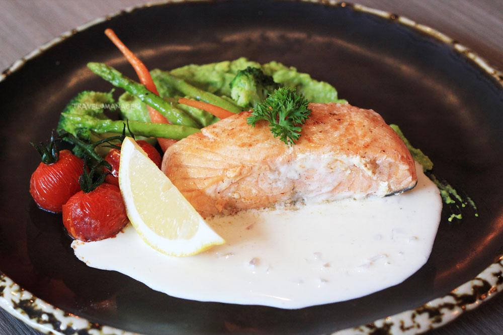 ปลาแซลมอนซูวีกับกระเทียมน้ำมันมะกอก