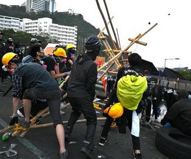 ผงะ!!ผู้ประท้วงฮ่องกงเปลี่ยนมหาวิทยาลัยเป็น'โรงงานอาวุธ' สื่อตะวันตกชื่นชมเป็นกลยุทธ์แยบยล(ชมคลิป)