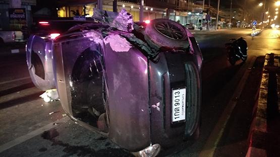 รถเก๋งเสียหลักชนกระบะจอดข้างทางพลิกคว่ำ คนขับบาดเจ็บ