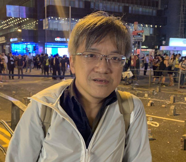 <i>ครูแซ่ชาน ถือเป็นแบบฉบับของคนทำงานชนชั้นกลางของฮ่องกง (ภาพโดย เอเชียไทมส์) </i>