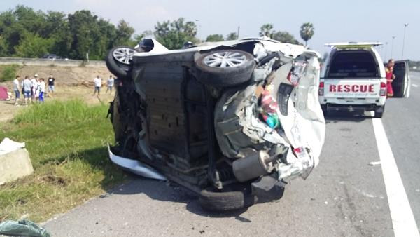 หวิดดับ! รถตู้นักท่องเที่ยวรัสเซียพุ่งชนกระบะบน ถ.มอเตอร์เวย์ เจ็บ 7 ราย รถเสียหาย 3 คัน