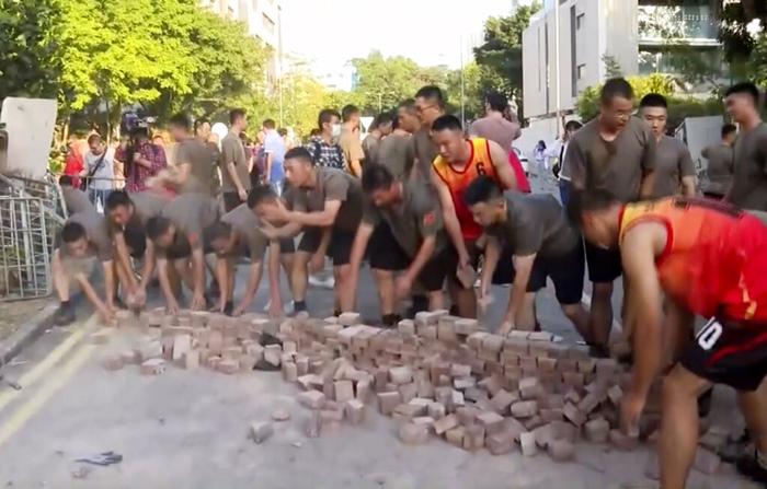 'ฮ่องกง'คิดเห็นแตกต่าง  กรณี'ทหารจีน'พร้อมเพรียงกันออกมาทำความสะอาดถนน