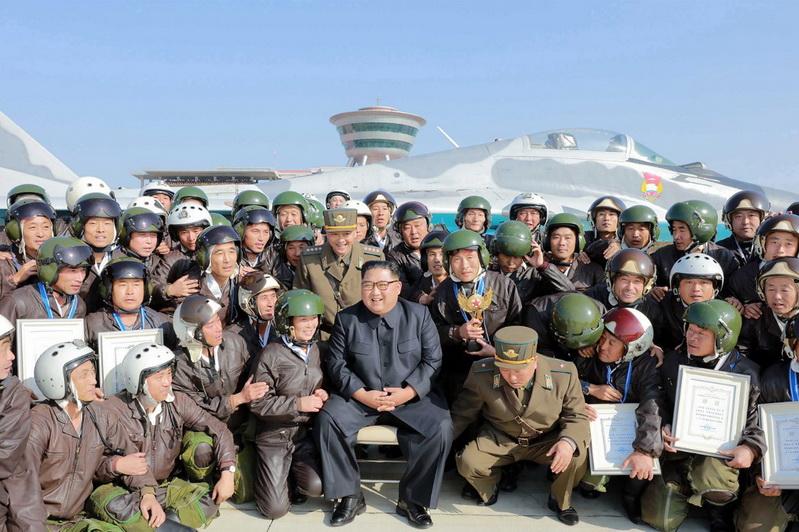 'ผู้นำคิม' ชมทัพฟ้าโสมแดงโชว์แสนยานุภาพ ขณะที่สหรัฐฯ-เกาหลีใต้ 'เลื่อนซ้อมรบ'