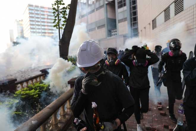 ผู้ประท้วงฮ่องกงติดอยู่ในมหาวิทยาลัย ซื้อเวลา ไม่มีอาหาร เจ้าหน้าที่ปิดล้อม-จับกุม