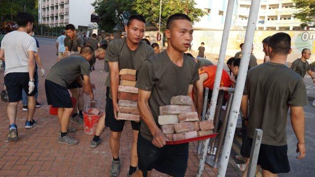 จีนป้องส่งทหารช่วยเก็บกวาดถนนในฮ่องกง บอกชาวเมืองชื่นชม