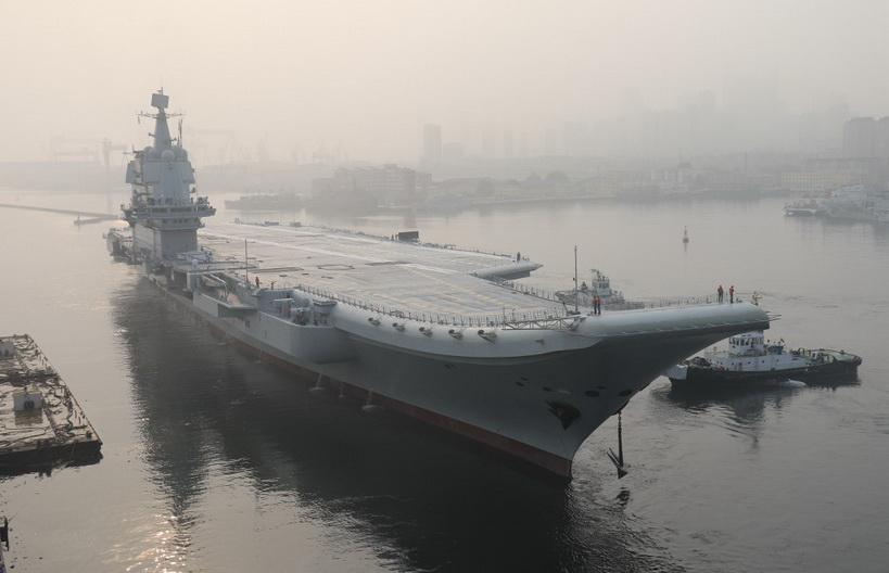 เรือบรรทุกเครื่องบิน Type 001A ที่จีนผลิตเองในประเทศลำแรก ออกเดินทางจากอู่ต่อเรือที่เหมืองต้าเหลียน ภาพถ่ายเมื่อวันที่ 13 พ.ค. ปี 2018