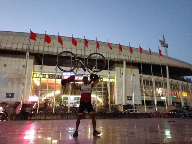 """แฟนบอลใจใหญ่! ปั่นจักรยานบุกเชียร์ """"ช้างศึก"""" ถึงเวียดนาม 1,400 กม."""
