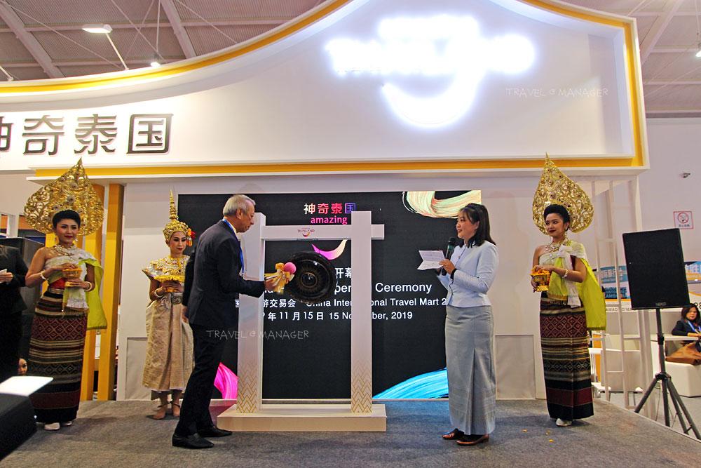 นายพิพัฒน์ รัชกิจประการ  รัฐมนตรีว่าการกระทรวงการท่องเที่ยวและกีฬา ลั่นฆ้องเปิดคูหาประเทศไทย